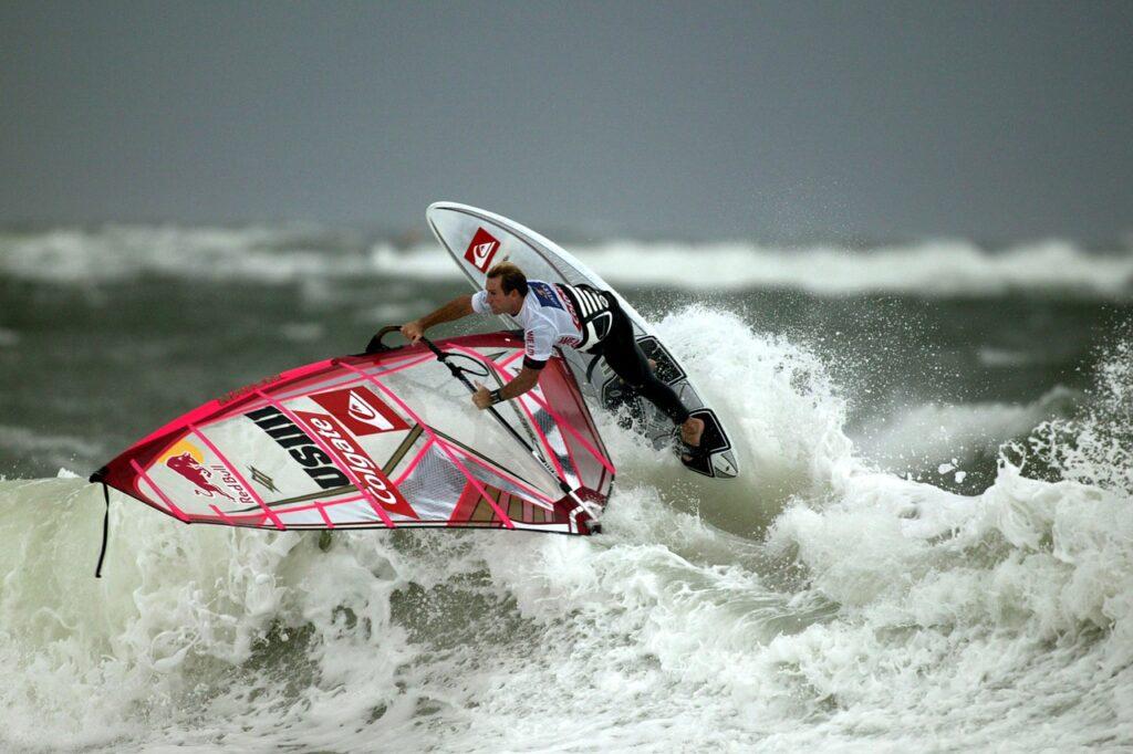 El turismo náutico encuentra gran aceptación gracias a deportes como el windsurf.